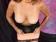 Hot MILF Tirrza Thompson cums hard playing with her toys