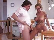 Hausfrau fickt Ihren Mann auf dem Mittagstisch